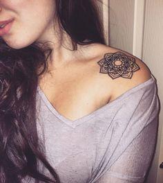 tatuajes de mandalas en el hombro pequeños