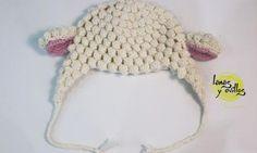 lamb baby hat free crochet pattern with video tutorial Crochet Diy, Crochet For Kids, Crochet Dolls, Crochet Clothes, Crochet Hats, Loom Knitting, Knitting Stitches, Baby Knitting, Crochet Baby Hats Free Pattern