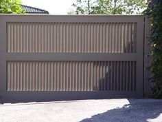 modern driveway and gate Pergola Canopy, Pergola With Roof, Pergola Plans, Pergola Kits, Black Pergola, Main Gate Design, Door Gate Design, Modern Driveway, Tor Design