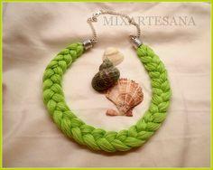 Collar en hilo de algodón trenzado color verde lima.