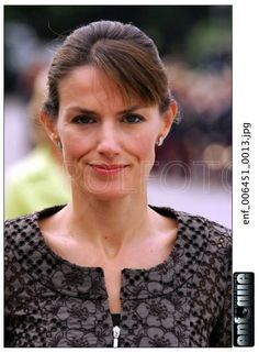 Doña Letizia - looking tiny and oh so thin - stresses of her position? Princess Of Spain, Princess Diana, Spanish Royalty, Estilo Real, Spanish Royal Family, Queen Dress, Queen Letizia, Celebrities, Model