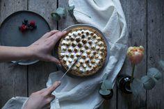 CHEESECAKE FRUITS ROUGES MERINGUE - Par le collectif Freunde von Freunden Toute la recette sur www.milkdecoration.com
