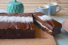 Let's have a giant chocolate-coconut Kinder Délice today. You may have never heard of it, but it is my favorite Kinder and I highly recommand it! Cinnamon Cream Cheese Frosting, Cinnamon Cream Cheeses, Easy Smoothie Recipes, Snack Recipes, Kinder Delice Coco, Desserts Thermomix, Quick Vegetarian Meals, Pumpkin Spice Cupcakes, Cake Tins