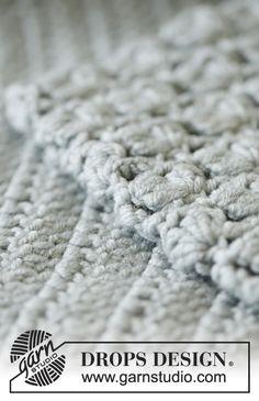 """Sweter rozpinany DROPS na szydełku, z zaokrąglonym karczkiem i ściegiem ażurowym, z włóczki """"Merino Extra Fine"""". Od S do XXXL. Bezpłatny wzór DROPS Design."""