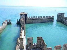 16-Castillo abandonado que se hunde en el lago Garda, Italia