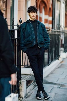 The street looks of the off-duty mannequins at Fashion Week h .- Les street looks des mannequins off-duty à la Fashion Week homme automne-hiver street looks mannequins fashion week man autumn winter 2016 2017 - Fashion Moda, Look Fashion, Trendy Fashion, Fashion Outfits, Fashion Tips, Fashion Trends, Fashion 2017, Guy Fashion, Mens Fashion Week