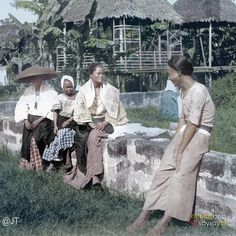 51 Old Colorized Photos Reveal The Fascinating Filipino Life Between 1900 - 1960 Philippines Fashion, Philippines Culture, Manila Philippines, University Of Michigan Library, Bataan Death March, Filipino Fashion, Philippine Art, Filipina Girls, Filipino Culture