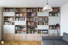 Aranżacje wnętrz - Salon: Puszczyka - Średni salon z bibiloteczką - Qbik Design. Przeglądaj, dodawaj i zapisuj najlepsze zdjęcia, pomysły i inspiracje designerskie. W bazie mamy już prawie milion fotografii!