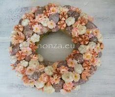 Nonza ajtódíszek – NONZA Virágdekoráció Floral Wreath, Wreaths, Spring, Home Decor, Floral Crown, Decoration Home, Door Wreaths, Room Decor, Deco Mesh Wreaths