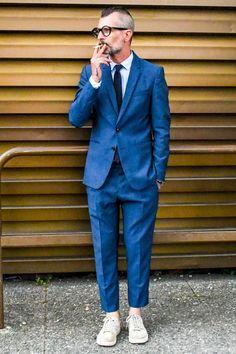 ミニマルな顔立ちのナローラペルのスーツとコートスニーカーでコーディネートをつつましい表情に Smart Casual Men, Business Casual Men, Business Fashion, Stylish Men, Gq Mens Style, Gq Style, Mode Style, Suits And Sneakers, Sneakers Outfit Men