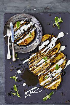 Tämän pikajälkkärin salaisuus on karamellisoidun ananaksen, limellä piristetyn kookoscrémen ja salmiakkikastikkeen täydellinen kombo. Mikä parasta, tämä va