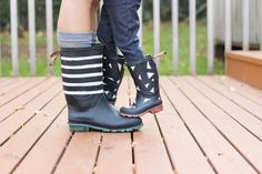 Give your winter galoshes an update. 33 Ways Spray Paint Can Make Your Stuff Look More Expensive Spray Paint Cans, Gold Spray Paint, Spray Painting, Painting Tricks, Painting Plastic, Looking Glass Spray Paint, Krylon Looking Glass, Cool Diy, Fun Diy