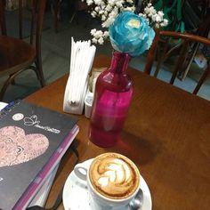 A gente trabalha e toma uma delicioso cappuccino ao mesmo tempo!!! #coffeelover #coffee #coffeetime #Kaffee #cafe #cappuccino