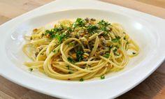 Para hacer unos buenos espaguetis con berberechos necesitas: berberechos al natural, 500gr de espaguetis, 2 dientes de ajo, guindilla, vino blanco, perejil
