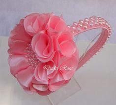 Tiara rosa com perolas rosa,flor cetim super confortável, , pode ser feita em outras cores também.                                                                                                                                                                                 Mais