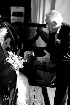 Pai ajudando a noiva a sair do carro