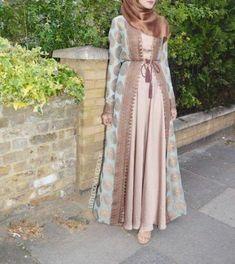 Open Abaya erröten Farbe-Saudi Abaya Mode www. Hijab Fashion 2016, Abaya Fashion, Modest Fashion, Look Fashion, Fashion Dresses, Fashion Clothes, Fashion Muslimah, Fashion 2017, Fashion Ideas