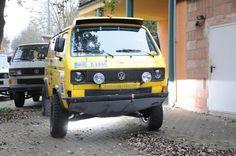 Der Rebell genannte gelbe Bus zeigt, wofür ein VW T3 alles zu gebrauchen ist: Zum Beispiel als reinrassiger Rennwagen für Marathon-Rallyes.