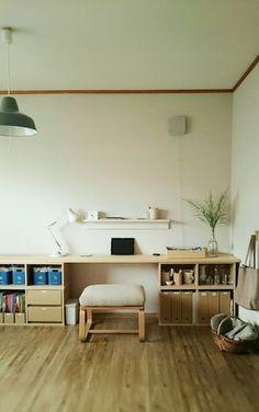 模様替えをしたワークスペース、こんな感じになりました。奥行きの狭い手作りデスクを少しでも広く使うために、新たに無印の『壁に付けられる家具・棚(ライトグレー)』を設置しました。棚のこの出っ張りが、ちょっと屋根風で集中できるというか…安心感があります(笑)棚の上にはよく使うペン、はさみ、リップクリーム、付箋メモなど。帰宅したらこの棚の上に、手帳、欲しいもの帳を出します。かばんはココ。↓カゴにはひざ掛け、湯たんぽ。寒い日に、ぬるめの湯たんぽをお腹に置いてひざ掛けでおおうと、とても温かいんです♪(※低温やけどに注意です!)そして、newイスが届きました。無印の、『リビングでもダイニングでも使えるベンチ・2』にしました。座面高が低めなのが決め手です。同じく低めの、この手作りパルプボードデスクにぴったり。座り心地もふんわり...【newワークスペース―無印良品―】