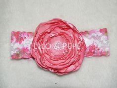 Tiara com flor artesanal feita a mão com renda estampada nas cores branca e rosa.
