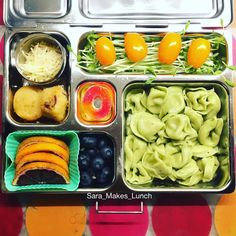 Look at that, my daughter's @planetbox lunch for Wednesday looks eerily similar to tonight's dinner. We have spinach cheese tortellini, blueberries, blood oranges, 2 cranberry orange mini muffins, shredded Parmesan for the tortellini, grape tomatoes, pea shoots, and a peach sour gummy treat. Happy packing, homies! #healthylunch #bento #eattherainbow #planetbox #organic #healthykids #justeatrealfood #packedlunch #momlife  #parenting #schoollunch #cleaneats  #eatyourveggies  #realfood…