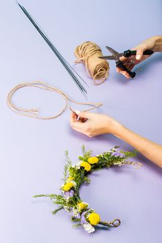 How To Make A Stunning Flower Crown In Under 20 Minutes The post How To Make A Stunning Flower Crown In Under 20 Minutes appeared first on Easy flowers. Flower Crown Tutorial, Diy Flower Crown, Diy Crown, Flower Crowns, Floral Crown, Flower Garlands, Diy Flowers, Flowers In Hair, Wedding Flowers