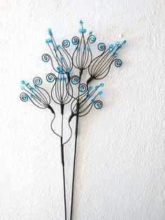 """Zvoneček - zápich modrý Translated to """"Bell-blue groove"""" Wire Crafts, Metal Crafts, Diy And Crafts, Wire Flowers, Beaded Flowers, Wire Wrapped Jewelry, Wire Jewelry, Wire Wall Art, Wire Ornaments"""