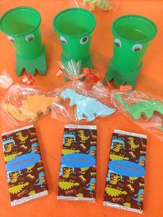 Un dino cumple! Galletas fondant de dinosaurio, chocolatinas personalizadas y vasitos con ojos y una pata!