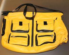Grande borsa morbidissima in pelle gialla e nera, con tante tasche. Firmata Sissi Rossi