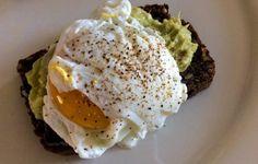 Pane nero, avocado e uovo in camicia