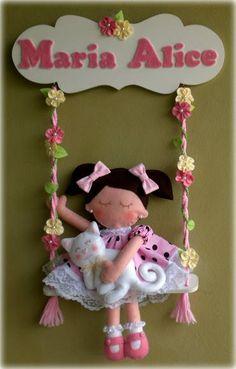 Lindo balanço em MDF e decorado com flores de tecido com aplicação de pérolas. A boneca, em feltro, pode ser personalizada com as características do bebê , assim como o animal de estimação também pode ser alterado pelo seu próprio bichinho. Consulte! R$ 120,00