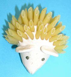 Modelage d'un hérisson en pâte à sel dont les piquants sont fait avec de longues pâtes piquées. Le hérisson peut rester nature ou être peint. Fiche explicative et illustr&eacut