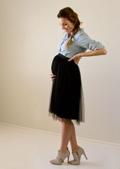 Get Cute Maternity Style Using Your Pre-Pregnancy Button-Downs! Get cute maternity style on a budget by using pieces you already have. Cute Maternity Style, Summer Maternity Fashion, Maternity Skirt, Maternity Wear, Pregnancy Wardrobe, Pregnancy Outfits, Pre Pregnancy, Pregnancy Style, Shower Dresses