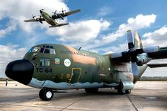 C-130H Hércules 2-B del Grupo 5 de Caza de A-4AR Fightinghawk durante la Cumbre del Mercosur realizada en Mendoza A-4AR Fightinghawk portando AIM-9 S... Drones, C130 Hercules, Ac 130, Tornados, Aircraft Pictures, Military Aircraft, World War Ii, Air Force, Fighter Jets
