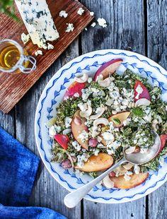 Lehtikaalisalaatti sopii alkusyksyn herkkupöytään. Rapsakaksi paahdetut lehtikaalit ovat rouskuva pari kypsille nektariineille ja sinihomejuustolle.