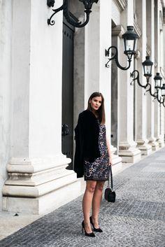 Nina Schwichtenberg trägt ihren s.Oliver Silvesterlook, bestehend aus Paillettenkleid & Samtblazer, dazu kombiniert sie die Chanel Boy Bag Caviar Leather. Mehr auf www.fashiioncarpet.com