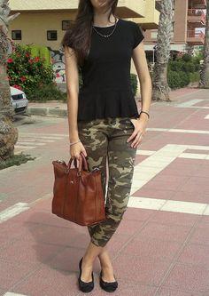 black peplum, camo Military Chic, Military Fashion, Camo Jeans, Black Peplum, Queen Elsa, Capri Pants, Zara, Hair Beauty, Street Style