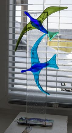 Fused glass - birds fly. Nice idea for to make bird and fish pieces stand up.