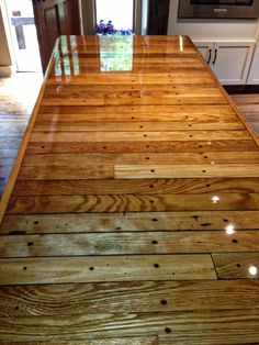 10 Gorgeous Pallet Wood Floor Agreement You can look at! - MonaLisa NeuVerföhnt - 10 Gorgeous Pallet Wood Floor Agreement You can look at! Pallet Wood Flooring: More Reliable and Priceless Appeal - Outdoor Kitchen Countertops, Wood Countertops, Pallet Countertop, Epoxy Resin Countertop, Floor Design, House Design, Epoxy Table Top, Deco Cool, Diy Holz
