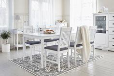 OTAVA-ruokaryhmä 6 tuolilla 90 x 180 cm Valkoiseksi maalattu ruokapöytä. Kansi MDF-levyä, jalat ja runko maalattua koivua. Saatavana myös koivunväriseksi printatulla kannella. Tuoli valkoiseksi maalattua pyökkiä, istuin on verhoiltu harmaalla kankaalla. Tuoli on valmiiksi kasattu.