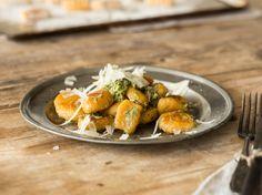 Süßkartoffel-Gnocchi mit Kräuterpesto