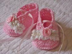 Sapatinho confeccionado em fio próprio para bebê. Detalhes > rosa de cetim, pérolas. cor - rosa com detalhes em branco tamanhos - 0 a3 /  3a 6 / 6 a 9 meses. frete por conta do comprador.