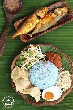 Nasi Kerabu Biru Kelantan (blue rice topped with bean sprouts and fried coconut, and drench it in warm spicy sauce and dig in (using your hands) to experience the true Kelantan style. Nasi Kerabu, Nasi Lemak, Malaysian Cuisine, Malaysian Food, Malaysian Recipes, Indian Food Recipes, Asian Recipes, Asian Foods, Malay Food