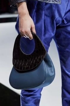 Giorgio Armani Spring 2020 Ready-to-Wear Fashion Show - Vogue Giorgio Armani, Fashion Brand, Fashion Show, Stella Maccartney, Armani Collection, Armani Prive, Luxury Handbags, Womens Flats, Salvatore Ferragamo