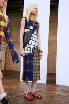 Acne Studios Pre-Fall 2016 Fashion Show Collection: See the complete Acne Studios Pre-Fall 2016 collection. Look 13 Fall Fashion 2016, Fashion Week, Fashion Show, Autumn Fashion, Women's Fashion, Mode Tartan, Daily Street Looks, Fashion Details, Fashion Design