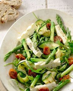 Salad of roasted asparagus, courgettes and feta - A beautiful salad for Easter brunch, or on another beautiful spring day, with grilled asparagus and - Veggie Recipes, Salad Recipes, Vegetarian Recipes, Healthy Recipes, Healthy Cooking, Healthy Eating, Happy Foods, Soup And Salad, Food Inspiration
