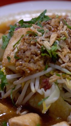 Kupat Tahu Magelang Kupat Tahu is a traditional Indonesian food, containing diamonds and fried tofu smothered in peanut sauce. Healthy Meals For Kids, Easy Meals, Healthy Recipes, Easy Cooking, Cooking Recipes, Weird Food, Diy Food, Food Hacks, Asian Recipes