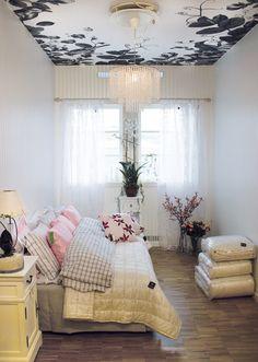 Weer eens wat anders: geen behang op de muur, maar op het plafond.