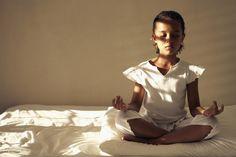 Une petite fille fait du yoga.