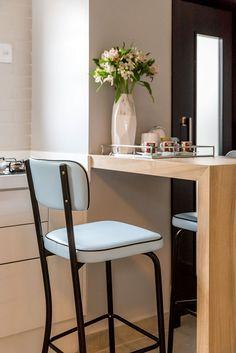 Decoração de apartamento pequeno. Na cozinha, balcão de madeira, banqueta azul, porta preta, parede de tijolinho branco. #decoracao #decor #details #casadevalentina